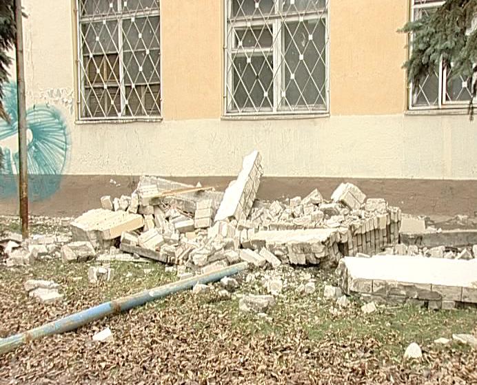 Обвалился второй этаж одного из зданий бывшего завода топливной аппаратуры