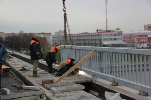 В Ярославле на Октябрьском мосту началась укладка плитки
