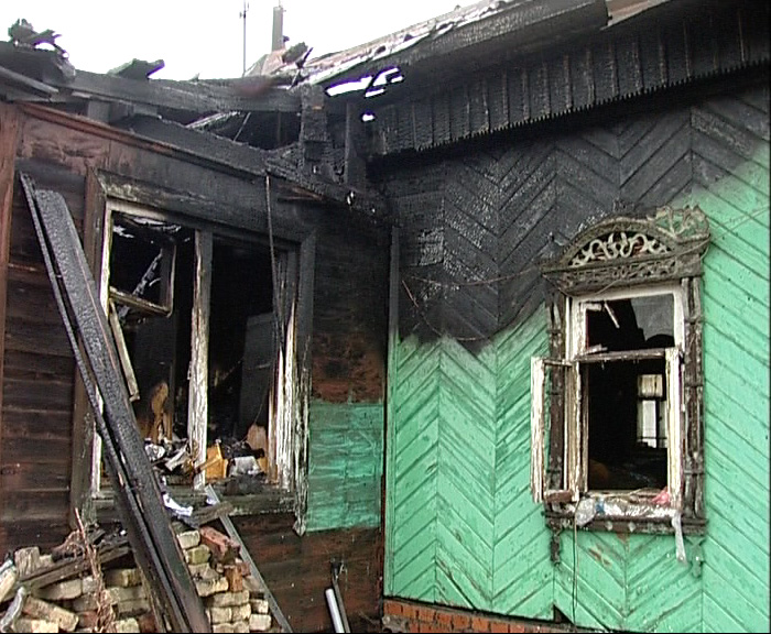 Загорелась квартира в деревянном доме