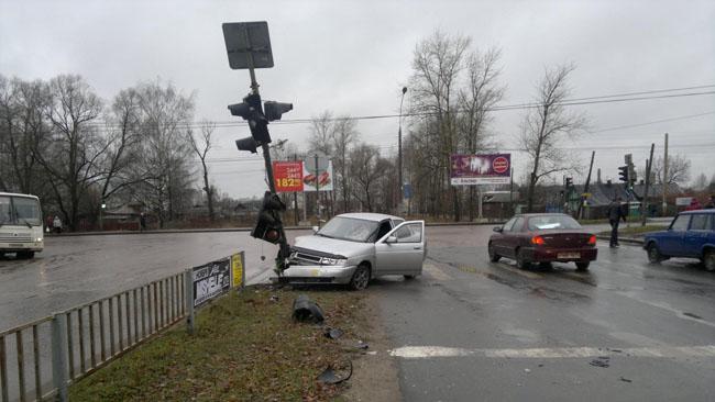 В Заволжском районе Ярославля водитель-новичок сбил пешеходов и врезался в светофор
