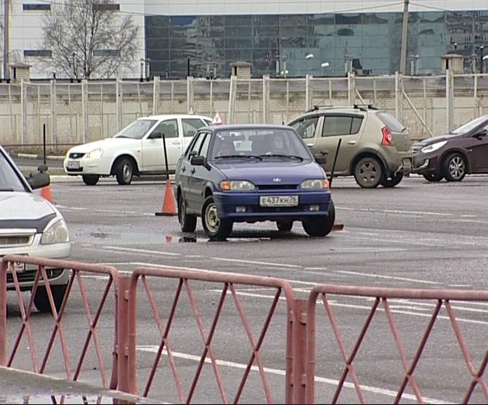 Сотрудники ГИБДД проверяют машины частных автошкол