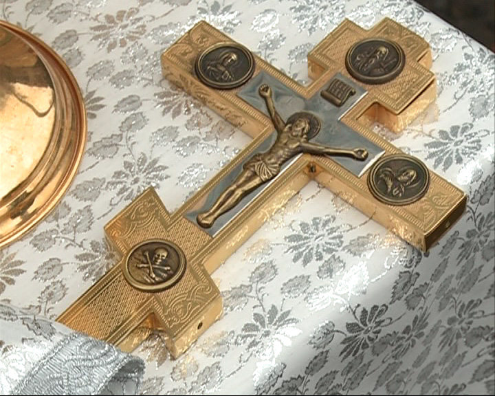 На храме установили крест