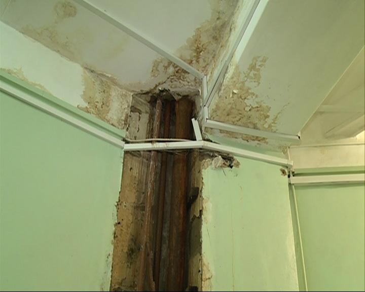 Коридоры больницы заливает отходами канализации