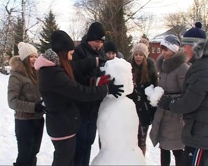 В Данилове дети и взрослые лепили снеговиков