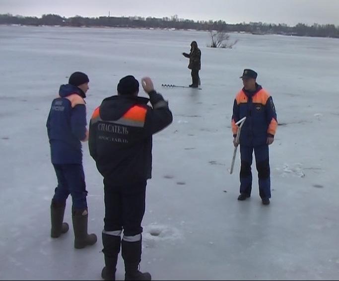 На тонкий лед вышло больше ста любителей зимней рыбалки