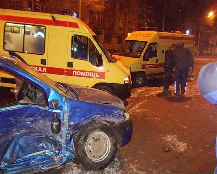 На место аварии выехал отряд пожарных и скорой помощи