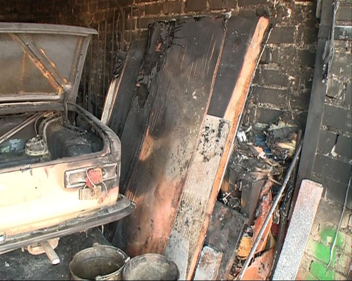 Загорелись сразу четыре гаражных бокса