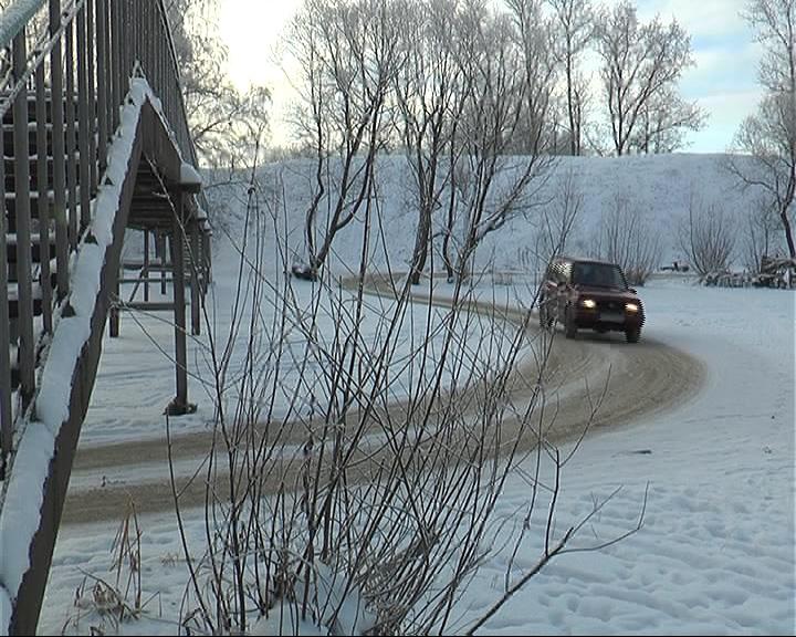 На автомобилях по льду реки Трубеж