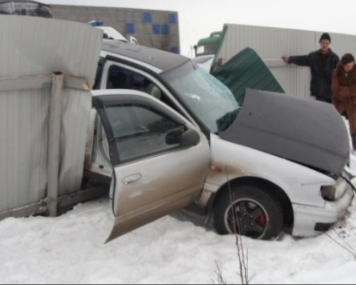 «Тойота Камри» протаранила железный забор