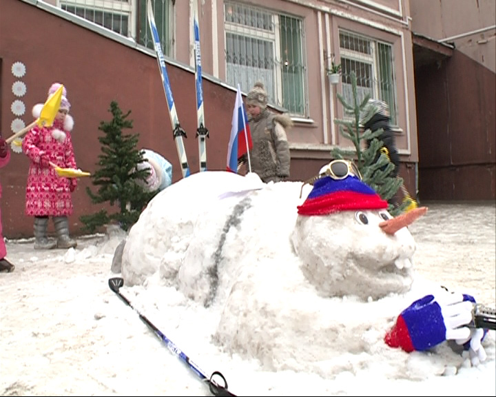 Территорию детсада украшает биатлонист из снега