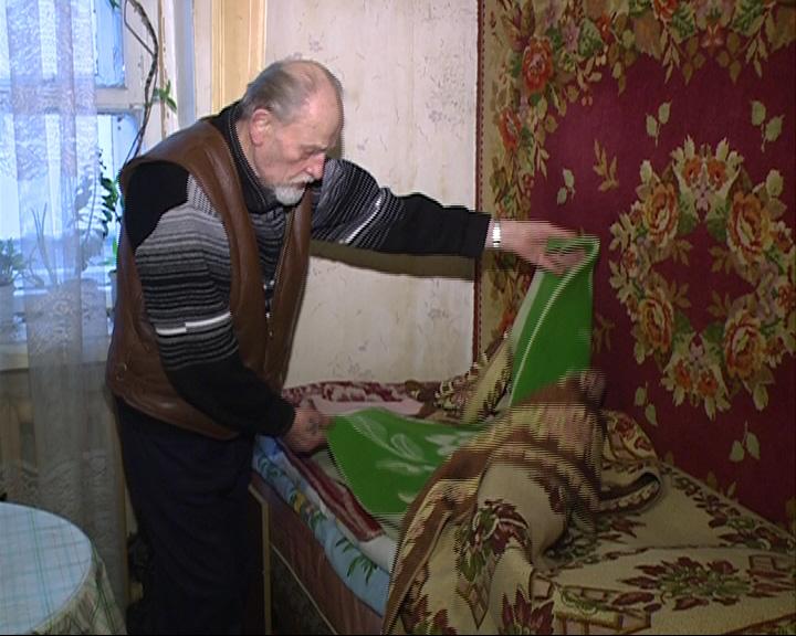 Ветеран ВОВ вынужден спать под пятью одеялами
