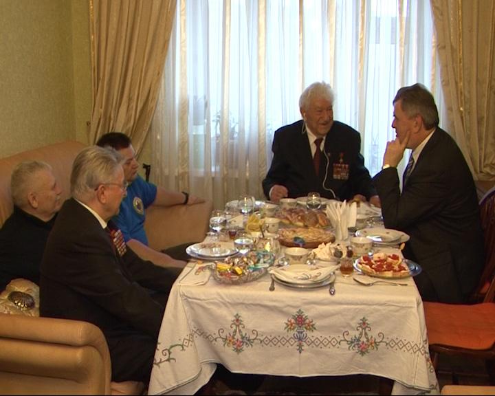Сергей Ястребов поздравил ветерана ВОВ с Днем рождения