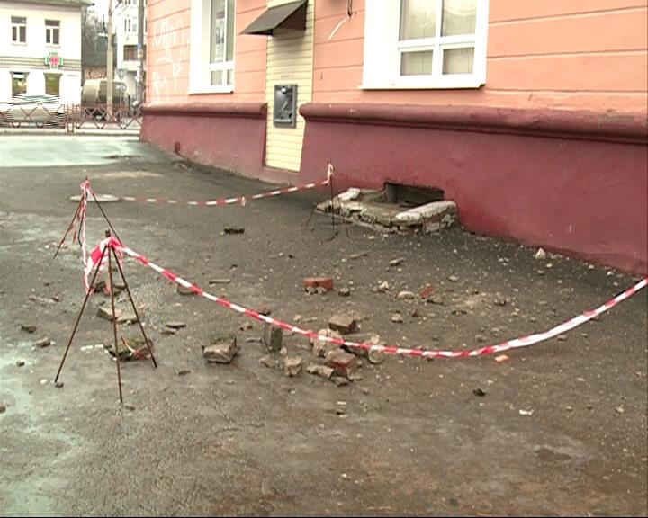 Обрушилась кирпичная кладка с крыши дома