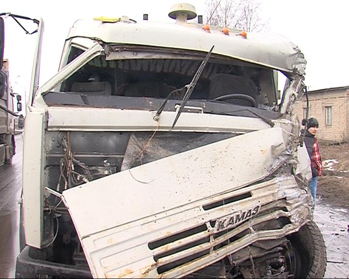 На окружной дороге Ярославля не смогли разойтись два грузовика