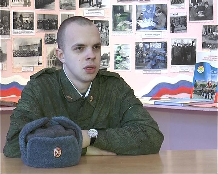 Солдат поздравляет с 23 февраля