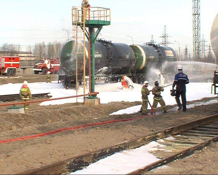 Сотрудники МЧС провели учения на нефтеперерабатывающем заводе