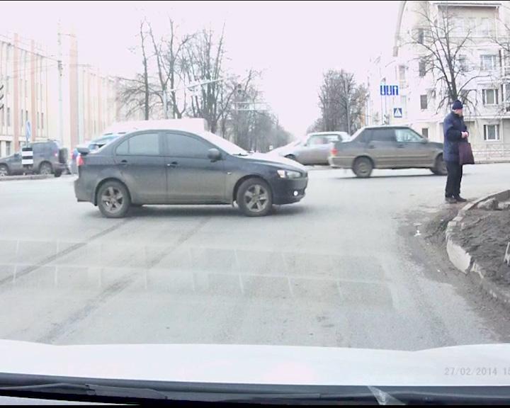 На перекрестке автолюбитель выполняет запрещенный маневр