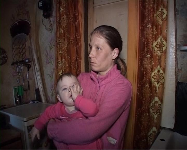 Сирота с двумя детьми живет в комнате без электричества