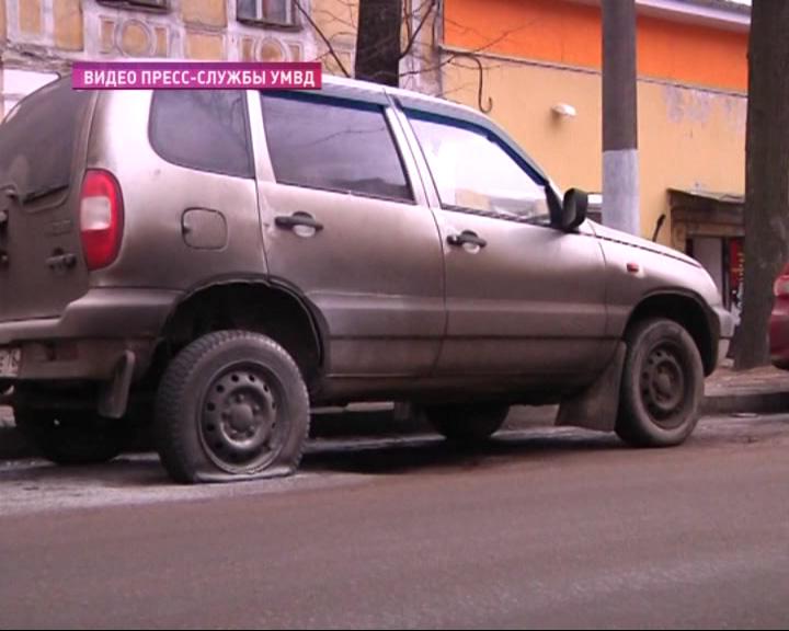 В центре Ярославля тушили машину