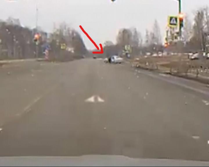 Полицейский чуть не вывалился из машины