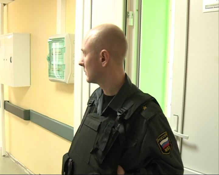 Вход в палату потерпевшего охраняют сотрудники полиции