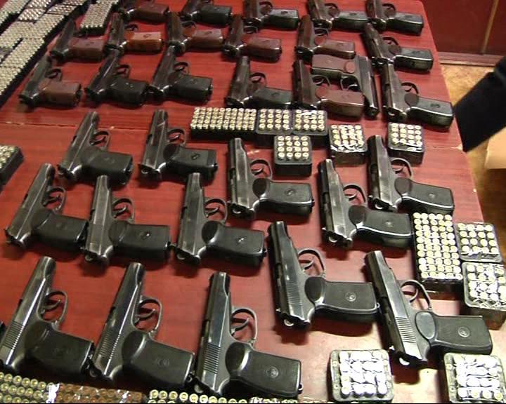 Правоохранители изъяли 32 пистолета и несколько пачек патронов