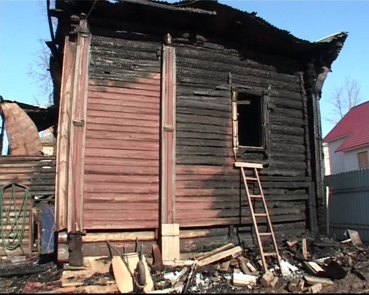 Жилой дом в центре Данилова уничтожен огнем