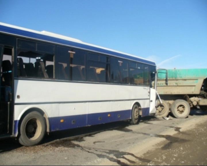 Столкнулись грузовой КАМАЗ и рейсовый автобус марки ЛИАЗ