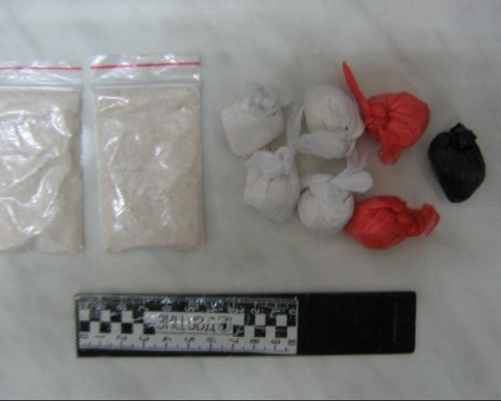 В квартире было найдено более 20 свертков с амфетамином и марихуаной