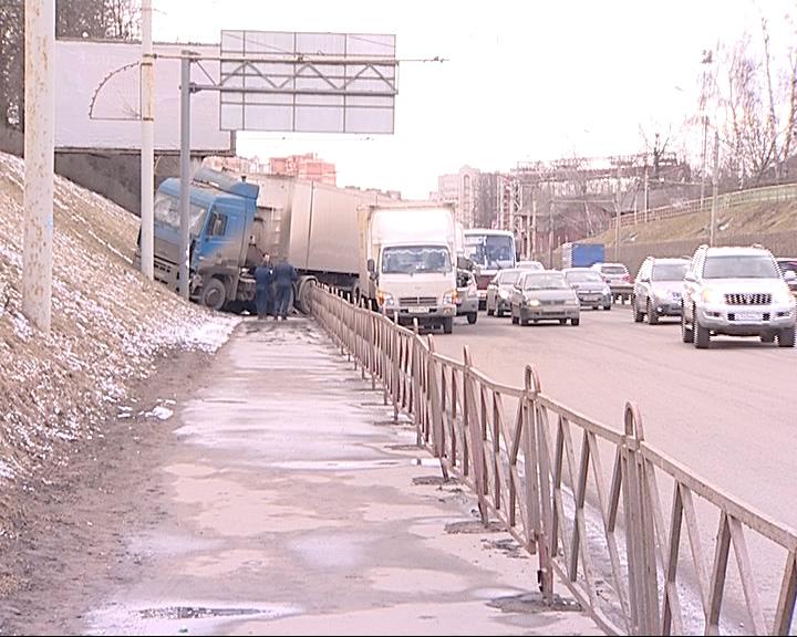 В районе Выемки столкнулись три грузовых автомобиля