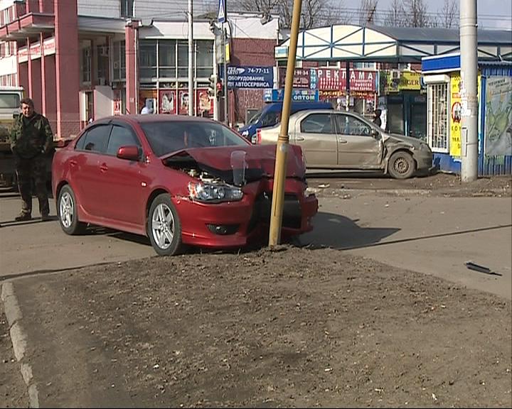 Чтобы не сбить пешехода, водитель иномарки улетел в столб