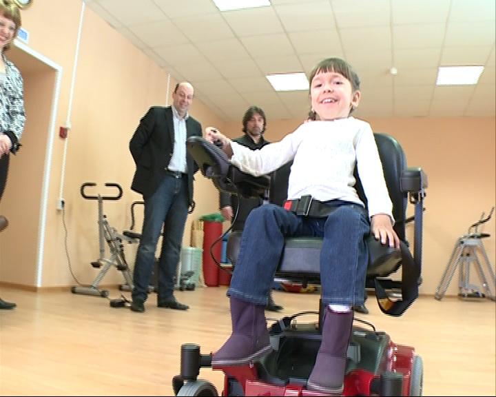 Ребенку подарили коляску с ручным электроприводом