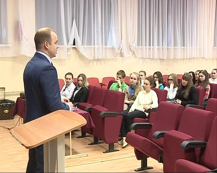 Депутаты рассказывают старшеклассникам, как и почему Крым вновь вошел в состав России