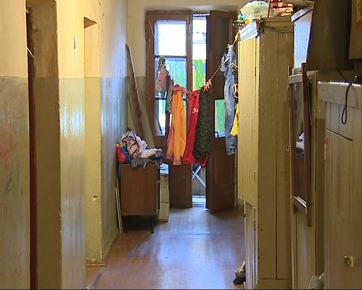 Большая семья ютится в маленькой комнате в аварийном доме