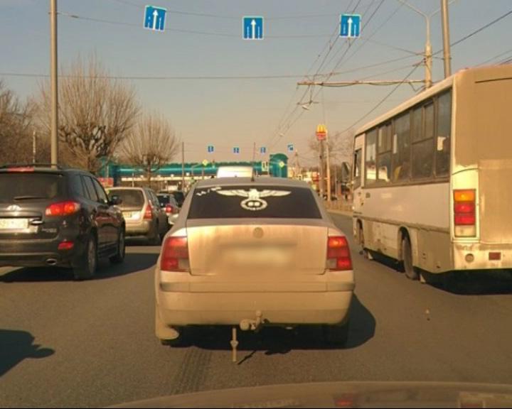 Нацистские символы на заднем стекле автомобиля
