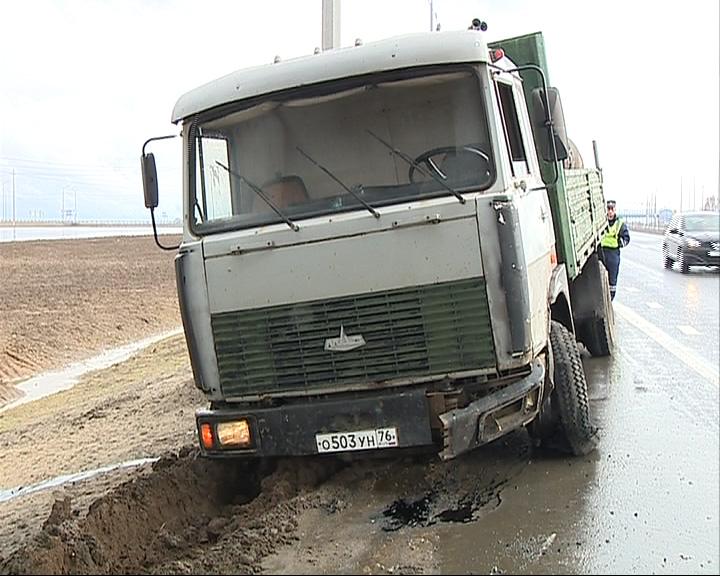На Юбилейном мосту МАЗ с бетоном врезался в «отбойник»