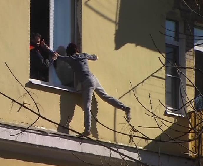 Молодая женщина пыталась спрыгнуть с третьего этажа