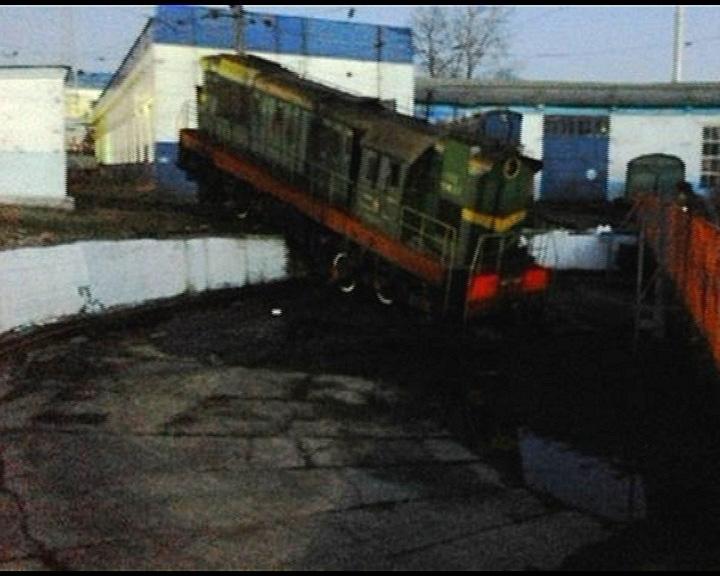 С рельсов сошел маневровый локомотив
