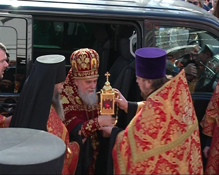 Верующие встретили благодатный огонь
