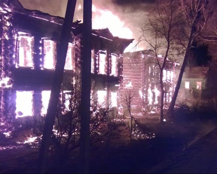 В деревне Макарово сгорело два двухэтажных дома