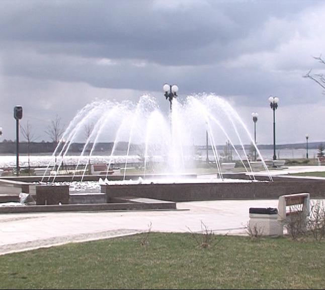 На Стрелке в Ярославле включили фонтаны