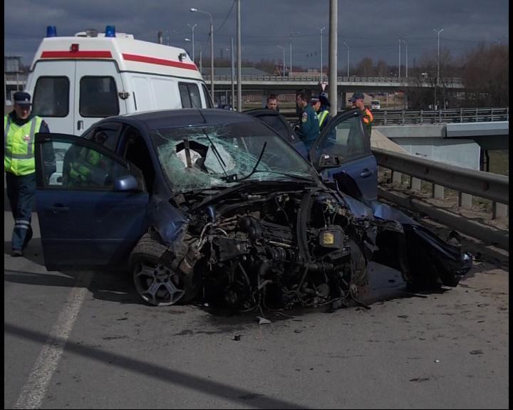 Машина снесла дорожное ограждение и вылетела на встречную полосу