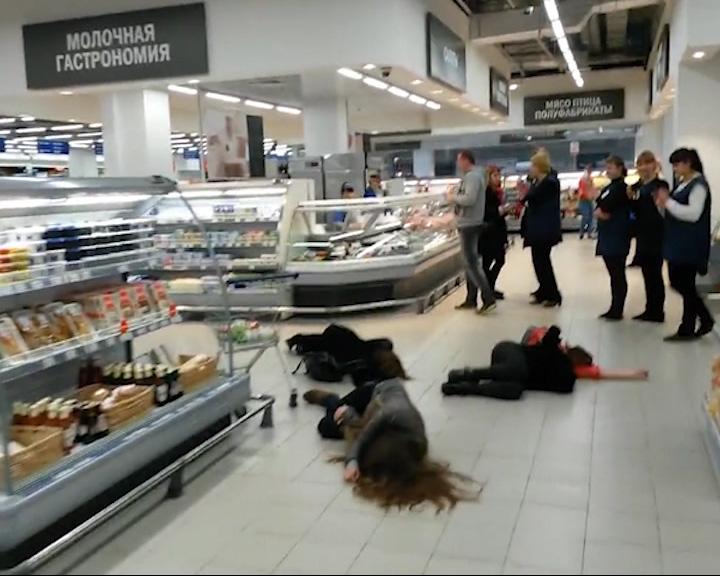 На пол торговых павильонов одновременно рухнули десятки человек