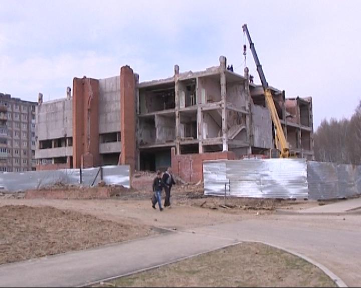 В Рыбинске сносят заброшенный кинотеатр «Мир»