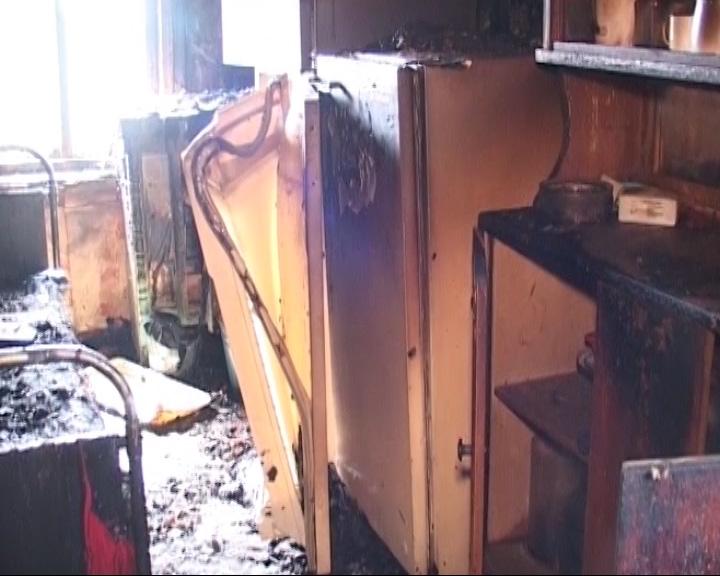 Из горящего дома вынесли мужчину живого, но сильно обгоревшего