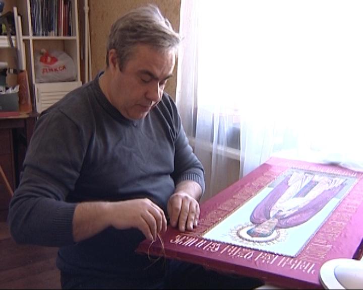 Владимир Кузнецов шьет иконы
