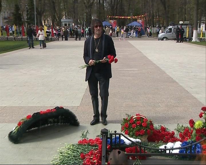 Возложить цветы к вечному огню пришел Юрий Башмет