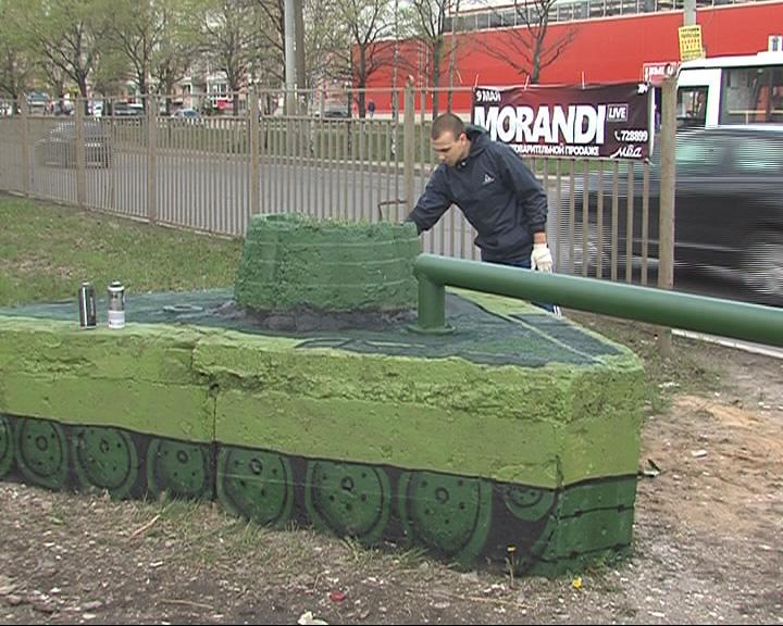 Вместо рекламного щита - танк