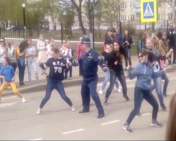 Полицейский присоединился к танцам на дороге