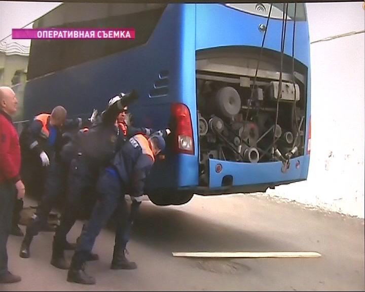 Спасатели пришли на помощь многотонному автобусу